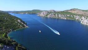 Snabb motorbåtbortgång till och med djupt mörker - blå havskanal, Kroatien stock video