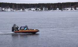 Snabb motorbåtsvävfarkost som svävar på floden arkivfoto