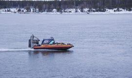 Snabb motorbåtsvävfarkost som svävar på floden royaltyfria foton