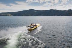 Snabb motorbåtvågor royaltyfri fotografi