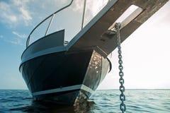 Snabb motorbåt på vattnet Royaltyfria Bilder