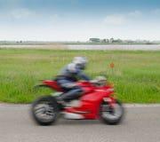 Snabb motorcyclist Fotografering för Bildbyråer