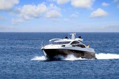 Snabb nästan Alicante för privat härlig yachtsegling kust i Spanien arkivfoto