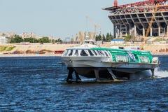 Snabb passagerarebärplansbåt meteor 214 i St Petersburg, Ryssland Arkivbild