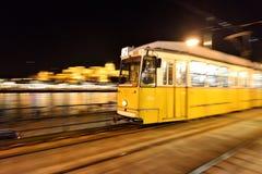 Snabb rörande spårvagn i Budapest Arkivbild