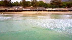 Snabb rörelse över havet som sandpapprar stranden med folk lager videofilmer