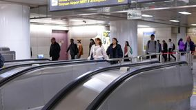 Snabb rörelse av pendlare som tar rulltrappan för att gå till MRT under rusningstid stock video