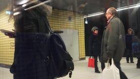 Snabb rörelse för Tid schackningsperiod av den skrivande in tunnelbanan för folk arkivfilmer