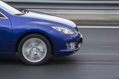 Snabb rigde för blå bil på vägen Royaltyfri Fotografi