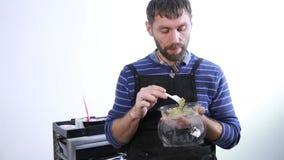 Snabb skräpmat på arbetsplatsen den manliga stylisten har en lunch stilig grabb med lunchboxen arkivfilmer