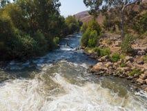 Snabb skumma ström av en bergflod Arkivbild