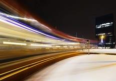 Snabb spårvagn på natten Vinter royaltyfri foto