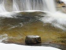 snabb ström Bergflod mycket av kallt vårvatten Stora stenar för häftklammermatare och skummande kyligt vatten omkring Royaltyfri Bild