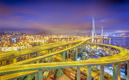 Snabb trafik Hong Kong för modern stad och suddig ljus slinga Arkivfoton