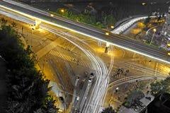 Snabb trafik och suddiga ljusa slingor Royaltyfri Fotografi