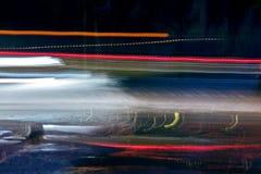 Snabb trafik och suddiga ljusa slingor på natten Fotografering för Bildbyråer