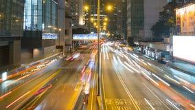 Snabb trafikljusstrimma i stad på natten, tidschackningsperiod stock video