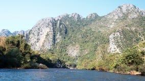 Snabb tur för flodfartyg med steniga berg i bakgrundsultrarapid lager videofilmer