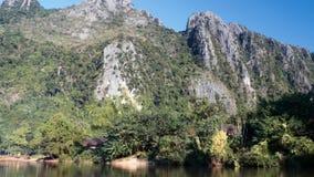 Snabb tur för flodfartyg med steniga berg i bakgrundsultrarapid stock video