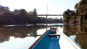 Snabb tur för flodfartyg som passerar broultrarapiden arkivfilmer