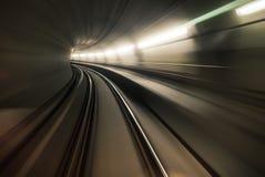 Snabb underjordisk drevridning i en tunnel av den moderna staden royaltyfria foton