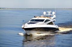 Snabb yacht på floden Royaltyfria Bilder