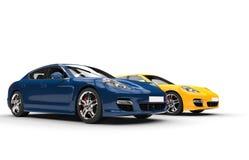 Snabba bilar för blått och för guling Arkivfoton