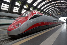 Snabba Eurostar utbildar på järnvägsstationen i Milan Arkivbild