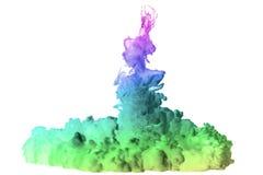 Snabba foto av färgpulver som tappas i vatten Fotografering för Bildbyråer
