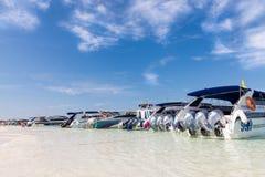 Snabba motorbåtar på den Poda stranden royaltyfri foto