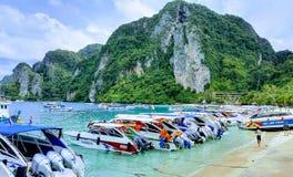 Snabba motorbåtar på kanten av stranden, Tonsai fjärd, Koh Phi Phi Don, sydliga Thailand arkivbild