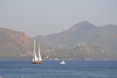 Snabba motorbåten med vit seglar på havet i Turkiet Arkivfoton