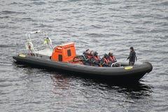Snabba motorbåten turnerar på Loch Ness/Loch Ness royaltyfri foto