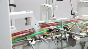 Snabba rörande produkter inom fabriksproduktionslinje Automatisk transportörlinje arkivfilmer
