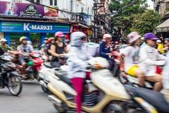 Snabba rörande sparkcyklar i centrum av Hanoi, Vietnam fotografering för bildbyråer