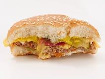 Snabbmat biten hamburgare på vit bakgrund fotografering för bildbyråer