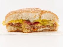 Snabbmat biten hamburgare på vit bakgrund royaltyfri fotografi
