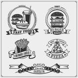 Snabbmat- och BBQ-galleretiketter, emblem och designbeståndsdelar Hamburgare, pizza, varmkorv och småfiskar Arkivfoton