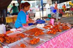 Snabbmat på marknadsföra i Khao Lak Arkivbild