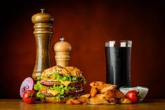 Snabbmathamburgare med Cola och potatisar Royaltyfria Bilder