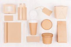 Snabbmatmall för att brännmärka identiteten - tom anteckningsbok för kraft papper, kaffekopp, etikett, kort, ask för nudlar, sush arkivbilder