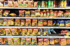 Snabbmatmellanmål som är till salu på supermarkethylla Royaltyfri Fotografi