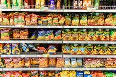 Snabbmatmellanmål som är till salu på supermarkethylla Royaltyfri Bild