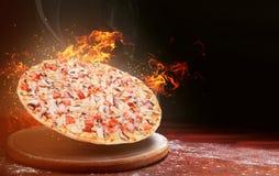 Snabbmatpizza på brand högkvalitativt snabbmatbegrepp royaltyfri foto