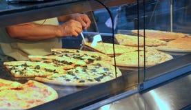 Snabbmatrestaurang med pizzaskivan Royaltyfria Foton
