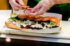 Snabbmatsmörgåsförberedelse i stång arkivbild
