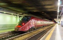 Snabbt Alstom AGV-drev på den Milano Porta Garibaldi järnvägsstationen Arkivfoto