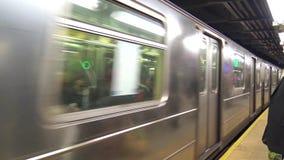 Snabbt ankomma för enorm modern för silverstål stads- för gångtunnel för bil flyttning för drev på för rörtunnelbana för upptagen lager videofilmer