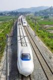 Snabbt drev på den dubbla linjen järnväg Royaltyfri Foto
