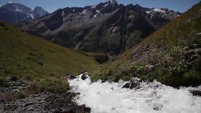 Snabbt flöda av bergfloden lager videofilmer